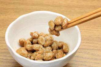 納豆は他の大豆製品とは異なり、血栓を溶かす酵素「ナットウキナーゼ」を含む。(©reika7 -123rf)